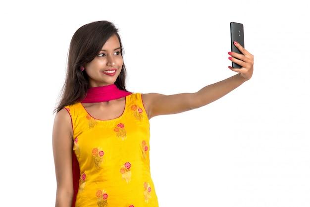 Piękna indyjska dziewczyna w tradycyjnym stroju z telefonem