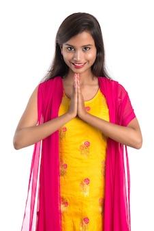 Piękna indyjska dziewczyna z powitalnym wyrazem twarzy (zapraszająca), witająca namaste.