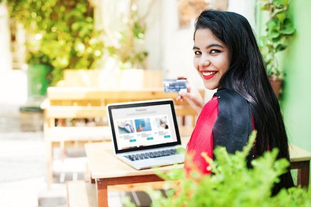 Piękna indyjska kobieta robi zakupy online za pomocą karty kredytowej