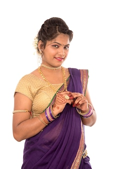 Piękna indyjska kobieta ubrana w tradycyjne sari