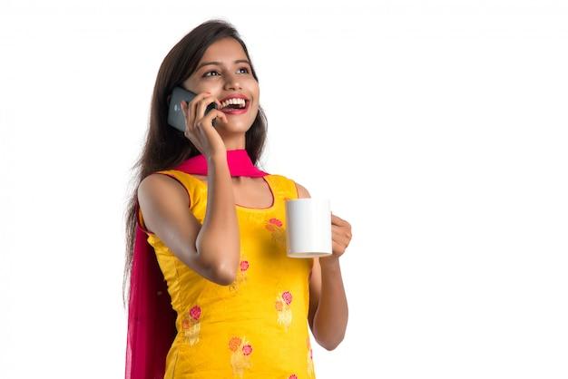 Piękna indyjska kobieta w tradycyjnym stroju przy filiżance kawy