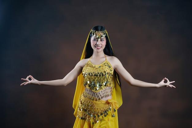 Piękna indyjska młoda hinduska kobieta model. tradycyjny indyjski kostium żółty sari.
