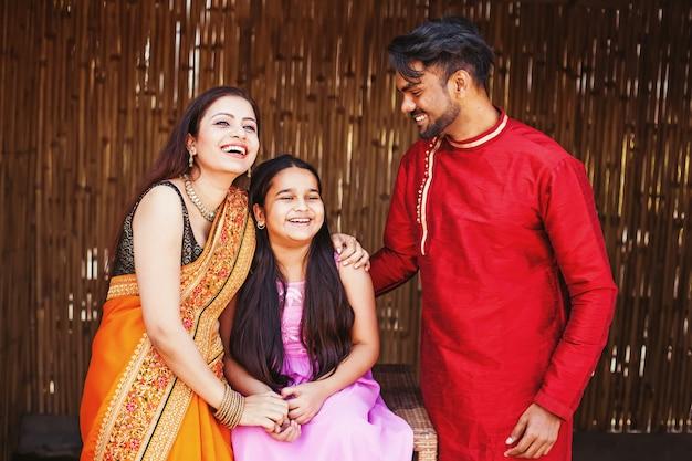 Piękna indyjska młoda rodzina się śmieje