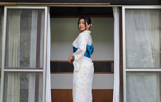 Piękna japonka ubrana w tradycyjne kimono