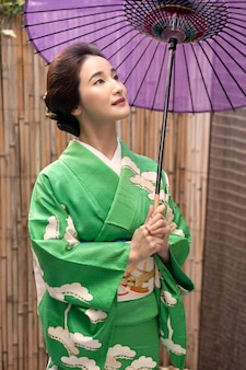 Piękna japonka z fioletowym parasolem
