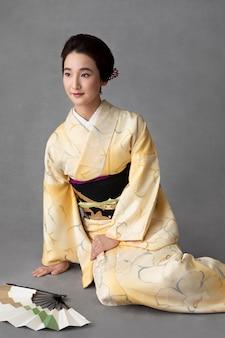 Piękna japonka z minimalistycznym wachlarzem dłoni