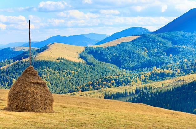 Piękna jesień góra i stóg siana na zboczu góry (karpaty. ukraina)