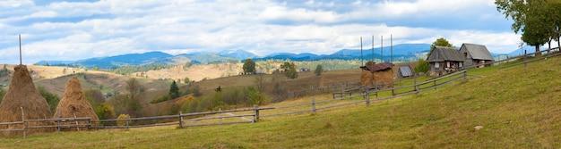 Piękna jesień górska i wiejska posiadłość na zboczu góry (karpaty, ukraina). cztery ujęcia ściegu obrazu.