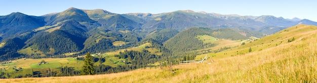 Piękna jesień panorama kraju górskiego (karpaty, ukraina). osiem zdjęć ściegu.
