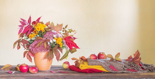 Piękna jesienna kompozycja na drewnianym stole