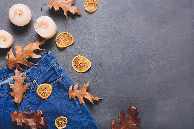 Piękna jesienna kompozycja z ubraniami w ciemności