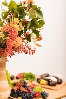 Piękna jesienna martwa natura jagód i owoców na stole w kuchni