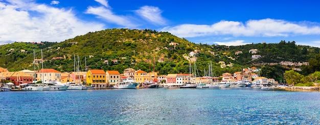 Piękna jońska wyspa paxos, widok na wioskę lakka i zatokę. grecja