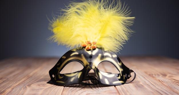 Piękna karnawałowa maska na drewnianym stole