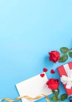 Piękna Karta Okolicznościowa Z Zaproszeniem, Koncepcja Dnia Matki, Walentynki, Rocznica I Urodziny Na Białym Tle Na Niebieskim Tle, Miejsce Na Kopię, Widok Z Góry, Płaskie Lay Premium Zdjęcia