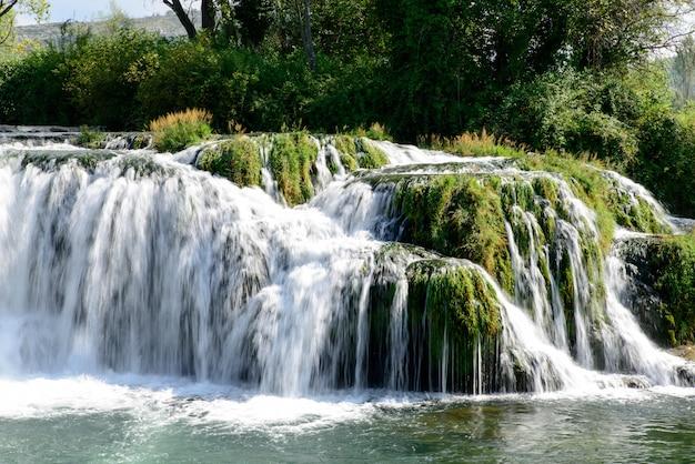 Piękna kaskada wodospadu