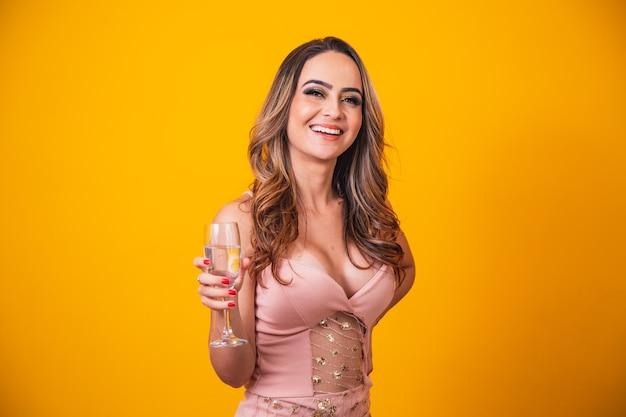 Piękna Kaukaska Kobieta Na żółtym Tle Trzyma Kieliszek Szampana, świętuje. Premium Zdjęcia