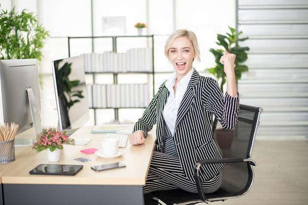 Piękna kaukaska kobieta odnosi sukcesy w swoim biznesplanie