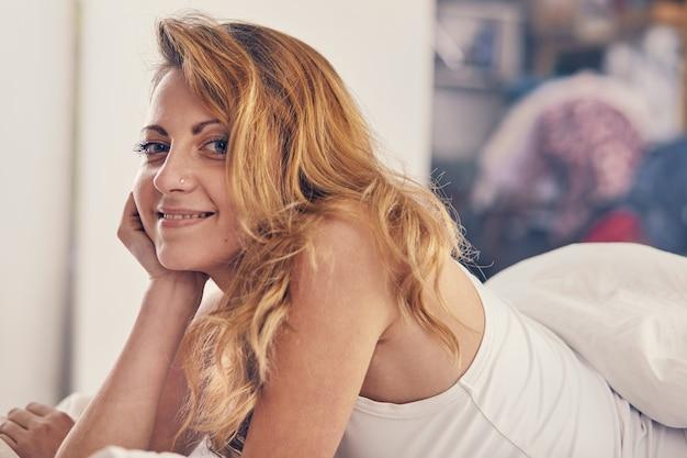 Piękna kaukaska kobieta właśnie się obudziła