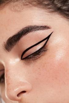 Piękna kaukaska kobieta z czarnym eyelinerem