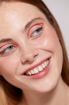 Piękna kaukaska kobieta z czerwonym eyelinerem