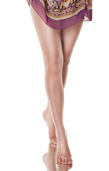 Piękna kaukaska kobieta z długimi pięknymi nogami, na białym tle