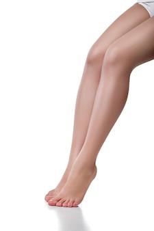 Piękna kaukaska kobieta z długimi pięknymi nogami, na białym tle.