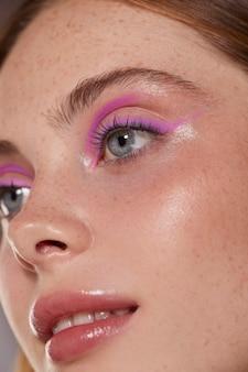 Piękna kaukaska kobieta z różowym eyelinerem
