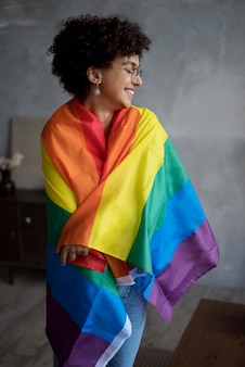 Piękna kędzierzawa kobieta z flagą lgbt