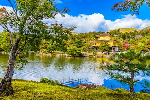 Piękna kinkakuji świątynia z złotym pawilonem w kyoto japan