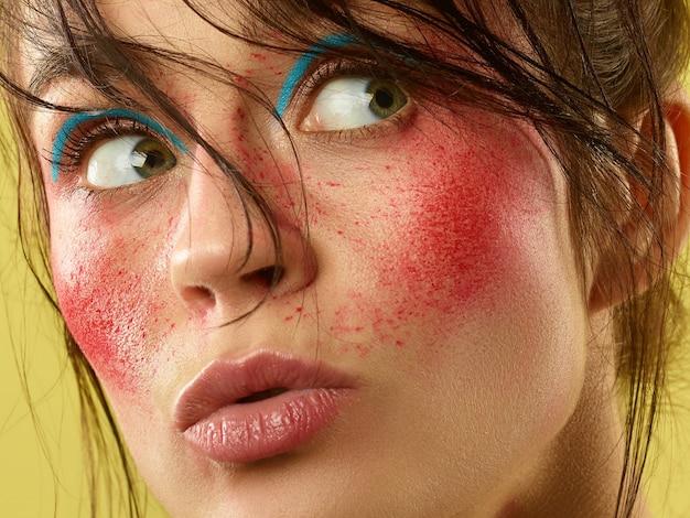 Piękna kobieca twarz o doskonałej skórze i jasnym makijażu. pojęcie piękna, pielęgnacji skóry, leczenia, zdrowia, kosmetyki.