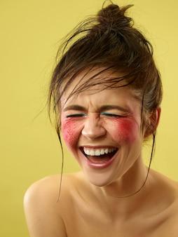 Piękna kobieca twarz o doskonałej skórze i jasnym makijażu. pojęcie piękna, pielęgnacji skóry, leczenia, zdrowia, spa, kosmetyki.