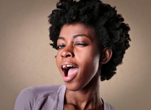 Piękna kobieta afro mrugająca