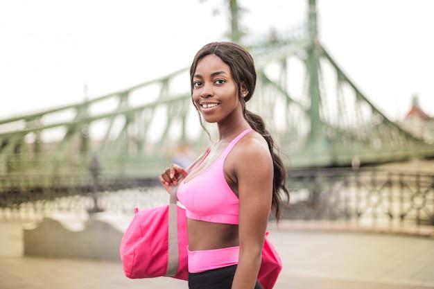 Piękna kobieta afro w stroju fitness