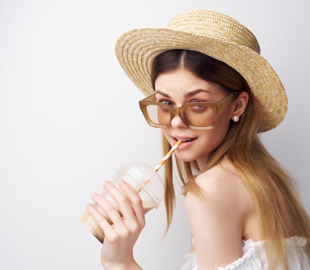 Piękna kobieta atrakcyjny wygląd modnych dekoracji kapeluszy