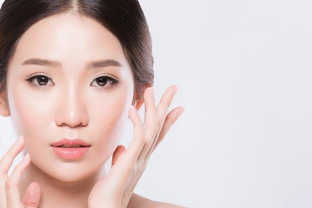 Piękna kobieta azji i urok białej skóry