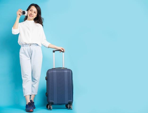 Piękna kobieta azji przygotowuje się do podróży