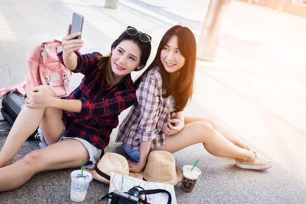 Piękna kobieta azji wziąć selfie strzał z smartphone z przyjaciółmi koncepcja podróży pomysły