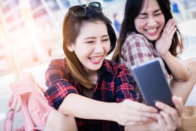Piękna kobieta azji wziąć selfie strzał z smartphone