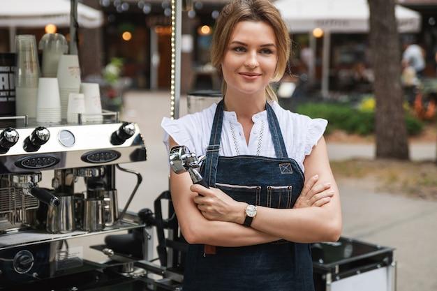 Piękna kobieta barista podczas pracy w swojej ruchomej ulicznej kawiarni