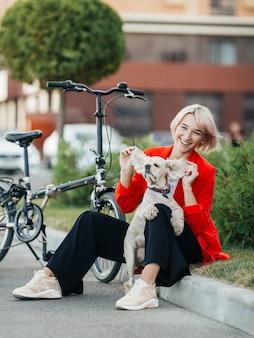 Piękna kobieta bawi się z psem