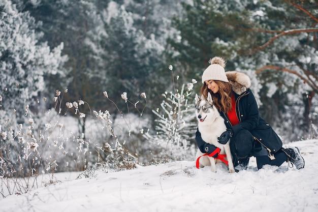Piękna kobieta bawić się z psem