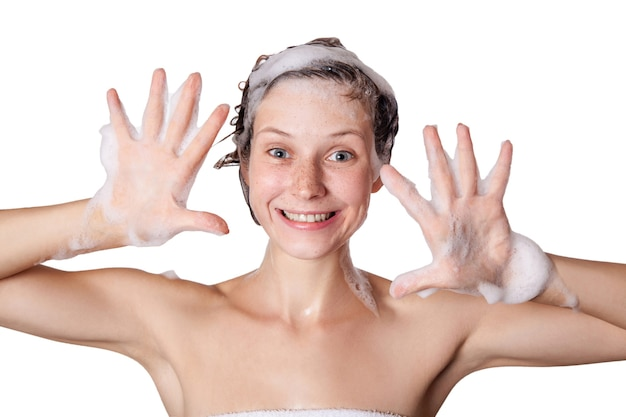 Piękna kobieta bierze prysznic i myje włosy myjąc włosy szamponem