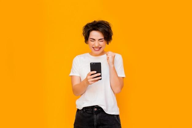 Piękna kobieta bierze selfie w domu. młoda śliczna dziewczyna rozmawia przez łącze wideo na telefon komórkowy z przyjaciółmi lub rodziną. szczęśliwa kobieta używa smartphone dla wideo rozmowa przyjaciół i rodziców.