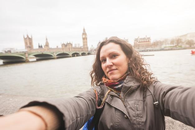 Piękna kobieta bierze selfie w londyn