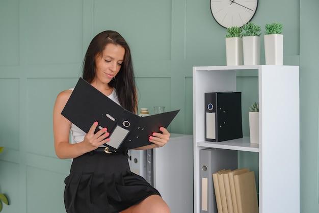 Piękna kobieta biznesu pracuje w biurze na laptopie freelancer w pracy