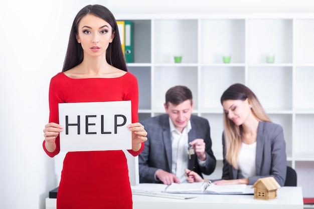 Piękna kobieta biznesu w biurze prosi o pomoc