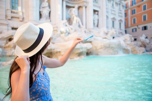 Piękna kobieta blisko trevi fontanny, rzym, włochy.
