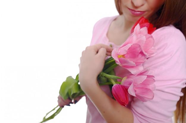 Piękna kobieta brunetka z tulipany bukiet wiosna kwiatów. 8 marca. pojedynczo na białym.