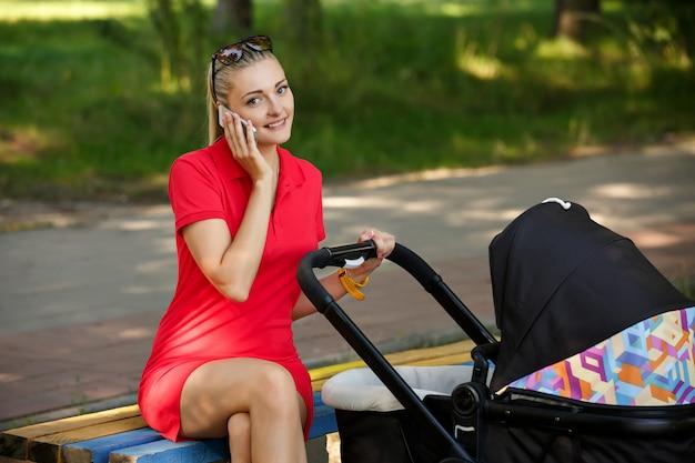 Piękna kobieta chodzi dziecka w parku